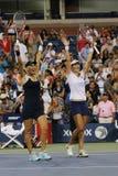 US Open 2014 Frauendoppeltmeister Ekaterina Makarova und Elena Vesnina feiern Sieg Lizenzfreie Stockfotografie