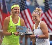 US Open 2016 Frauendoppeltmeister Lucie Safarova (L) der Tschechischen Republik und der Bethanie-Mattek-Sande von Vereinigten Sta Lizenzfreies Stockbild