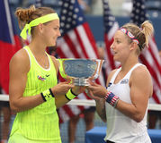 US Open 2016 Frauendoppeltmeister Lucie Safarova (L) der Tschechischen Republik und der Bethanie-Mattek-Sande von Vereinigten Sta Lizenzfreie Stockbilder