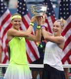 US Open 2016 Frauendoppeltmeister Lucie Safarova (L) der Tschechischen Republik und der Bethanie-Mattek-Sande von Vereinigten Sta Stockfotografie