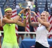 US Open 2016 Frauendoppeltmeister Lucie Safarova (L) der Tschechischen Republik und der Bethanie-Mattek-Sande von Vereinigten Sta Lizenzfreie Stockfotografie