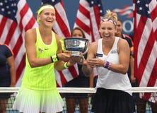 US Open 2016 Frauendoppeltmeister Lucie Safarova (L) der Tschechischen Republik und der Bethanie-Mattek-Sande von Vereinigten Sta Stockfoto