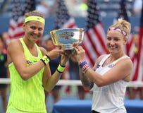US Open 2016 Frauendoppeltmeister Lucie Safarova (L) der Tschechischen Republik und der Bethanie-Mattek-Sande von Vereinigten Sta Stockfotos