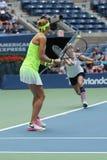US Open 2016 Frauendoppeltmeister Lucie Safarova L der Tschechischen Republik und der Bethanie-Mattek-Sande von Vereinigten Staat Lizenzfreie Stockfotografie