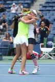 US Open 2016 Frauendoppeltmeister Lucie Safarova L der Tschechischen Republik und der Bethanie-Mattek-Sande von Vereinigten Staat Lizenzfreie Stockbilder