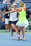 US Open 2016 Frauendoppeltmeister Lucie Safarova L der Tschechischen Republik und der Bethanie-Mattek-Sande von Vereinigten Staat Lizenzfreies Stockfoto