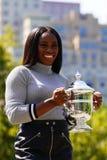 US Open 2017 kampioen Sloane Stephens van Verenigde Staten die met US Opentrofee stellen in Central Park Royalty-vrije Stock Fotografie