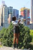 US Open 2017 kampioen Sloane Stephens van Verenigde Staten die met US Opentrofee stellen in Central Park Royalty-vrije Stock Foto