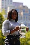 US Open 2017 kampioen Sloane Stephens van Verenigde Staten die met US Opentrofee stellen in Central Park Royalty-vrije Stock Foto's