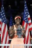 US Open 2017 kampioen Sloane Stephens van Verenigde Staten die met US Opentrofee tijdens trofeepresentatie stellen na haar defini stock fotografie