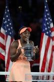 US Open 2017 kampioen Sloane Stephens van Verenigde Staten die met US Opentrofee tijdens trofeepresentatie stellen na haar defini stock foto's