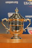 US Open kobiety przerzedżą trofeum przedstawiającego przy konferencją prasową po Serena Williams wygrywali us open 2014 mistrzost Obraz Stock