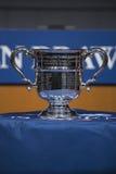 US Open kobiety przerzedżą trofeum przedstawiającego przy 2013 us open remisu ceremonią Zdjęcie Stock