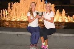 US Open 2014 kvinnadubblettmästare Ekaterina Makarova och Elena Vesnina som poserar med US Opentrofén Arkivfoton