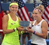 US Open 2016 kvinnadubblettmästare Lucie Safarova (v) av Tjeckien och Bethanie Mattek-sander av Förenta staterna Royaltyfri Bild