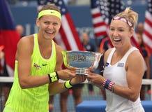 US Open 2016 kvinnadubblettmästare Lucie Safarova (v) av Tjeckien och Bethanie Mattek-sander av Förenta staterna Arkivbilder