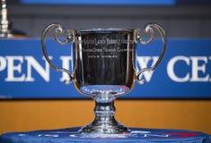 US Open-Männer-Einzel-Trophäe stellte sich an der Zeremonie 2013 des US Open-abgehobenen Betrages dar Lizenzfreies Stockbild