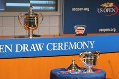 US Open-Männer und Frauen sondert die Trophäen aus, die an der Zeremonie 2014 des US Open-abgehobenen Betrages dargestellt werden Stockfoto