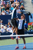 US Open 2014 mandubblettmästare guppar, och Mike Bryan firar finalmatchseger på Billie Jean King National Tennis Center Arkivfoton