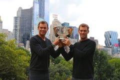 US Open 2014 mandubblettmästare guppar och Mike Bryan som poserar med trofén i Central Park Royaltyfri Fotografi