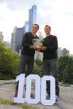 US Open 2014 mandubblettmästare guppar och Mike Bryan som poserar med trofén i Central Park Royaltyfri Bild