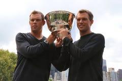 US Open 2014 mandubblettmästare guppar och Mike Bryan som poserar med trofén i Central Park Arkivbild