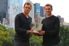 US Open 2014 Manndoppeltmeister Bob und Mike Bryan, die mit Trophäe im Central Park aufwerfen Stockfotos