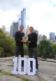 US Open 2014 Manndoppeltmeister Bob und Mike Bryan, die mit Trophäe im Central Park aufwerfen Lizenzfreies Stockfoto