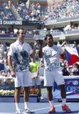 US Open 2013 Manndoppeltmeister Radek Stepanek von der Tschechischen Republik und von Leander Paes von Indien während der Trophäen Lizenzfreie Stockbilder