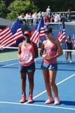 US Open 2013 meisjes ondergeschikte kampioen Ana Konjuh van het recht van Kroatië en agent op Tornado Alicia Black tijdens trofee Royalty-vrije Stock Afbeelding