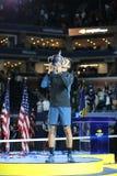 US Open-Meister 2018 Novak Djokovic von Serbien aufwerfend mit US Open-Trophäe während der Trophäendarstellung nach seinem Endspi lizenzfreies stockbild