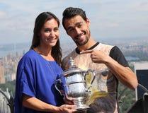 US Open 2015 mistrz Flavia Pennetta i gracz w tenisa Fabio Fognini pozuje z us open trofeum Zdjęcie Stock