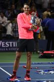 US Open 2017 mistrz Rafael Nadal pozuje z us open trofeum podczas trofeum prezentaci Hiszpania Fotografia Stock