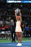 US Open 2017 mistrz Sloane Stephens pozuje z us open trofeum podczas trofeum prezentaci po jej definitywnego dopasowania Stany Zj Zdjęcia Stock