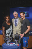 US Open 2012 mistrza Serena Williams i Andy Murray z USTA dyrektorem wykonawczym Gordon Smith przy 2013 us open remisu ceremonią Obrazy Royalty Free