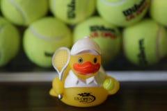 US Open pamiątki i Wilson tenisowe piłki przy Billie Cajgowego królewiątka Krajowym tenisem Ześrodkowywają fotografia stock