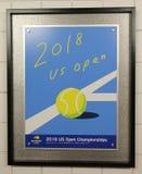 2018 us open plakat na pokazie przy Billie Cajgowego królewiątka tenisa Krajowym centrum w Nowy Jork zdjęcie royalty free
