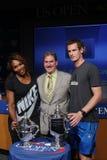 US Open 2012 verdedigt Serena Williams en Andy Murray met USTA-Voorzitter, CEO en President Dave Haggerty bij het 2013 US Open Dra Stock Foto