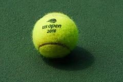 US Open Wilson tenisowa piłka przy Billie Cajgowego królewiątka tenisa Krajowym centrum w Nowy Jork obrazy royalty free