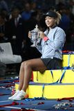 2018 US Openkampioen Naomi Osaka van Japan van Verenigde Staten die met US Opentrofee tijdens trofeepresentatie stellen stock foto's