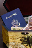 US-Paß mit chinesischem Bargeld im Kasten Lizenzfreie Stockbilder