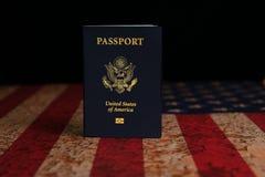 US-Passstellung auf rustikaler amerikanischer Flagge mit schwarzem Hintergrund stockfotos