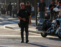 US-Polizist patrouilliert Stadtstraße Stockfotografie