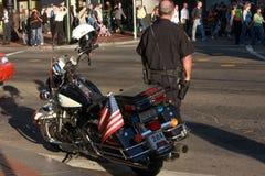 US-Polizist patrouilliert Stadtstraße Lizenzfreies Stockbild