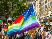 US-/prideflaggenkreuzung an der Parade 2017 Sans Francisco Gay Pride lizenzfreie stockfotografie