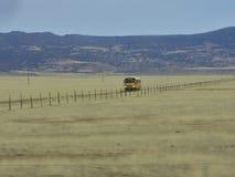 US-Schulbus auf einem weiten Weg stockfotografie