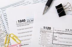 US-Steuerformular 1040, 1120 auf Schreibtisch Stockfotos