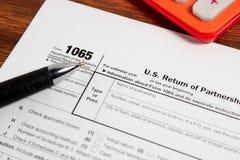 US-Steuerformular 1040 auf Tabelle Stockbilder