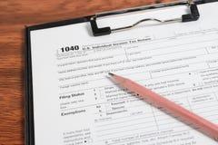 US-Steuerformular 1040 auf Tabelle Lizenzfreie Stockfotografie