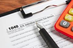 US-Steuerformular 1040 auf Tabelle Stockfotos